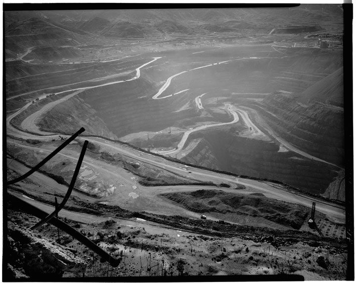 The Berkeley Pit in 1979-80, several years before the closure of the mine. Photo from the Library of Congress, Aug 79 Jan 80 Historic American Engineering Record (HAER) shoot.